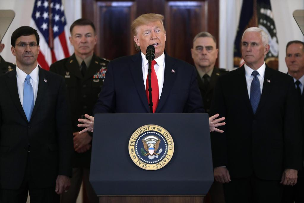 8日、イランによる弾道ミサイル攻撃を受け、米ホワイトハウスで演説するトランプ大統領(中央)(AP=共同)