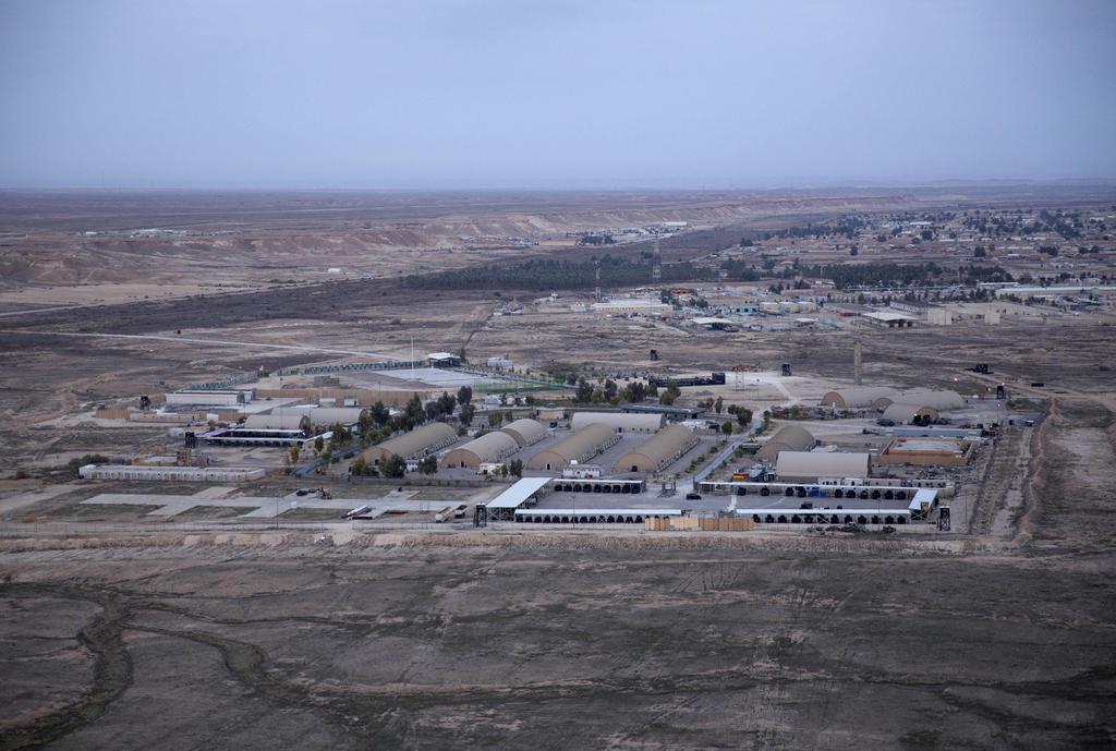 イラク中西部アンバル州にあるアサド空軍基地の空撮写真=2019年12月29日(AP=共同)