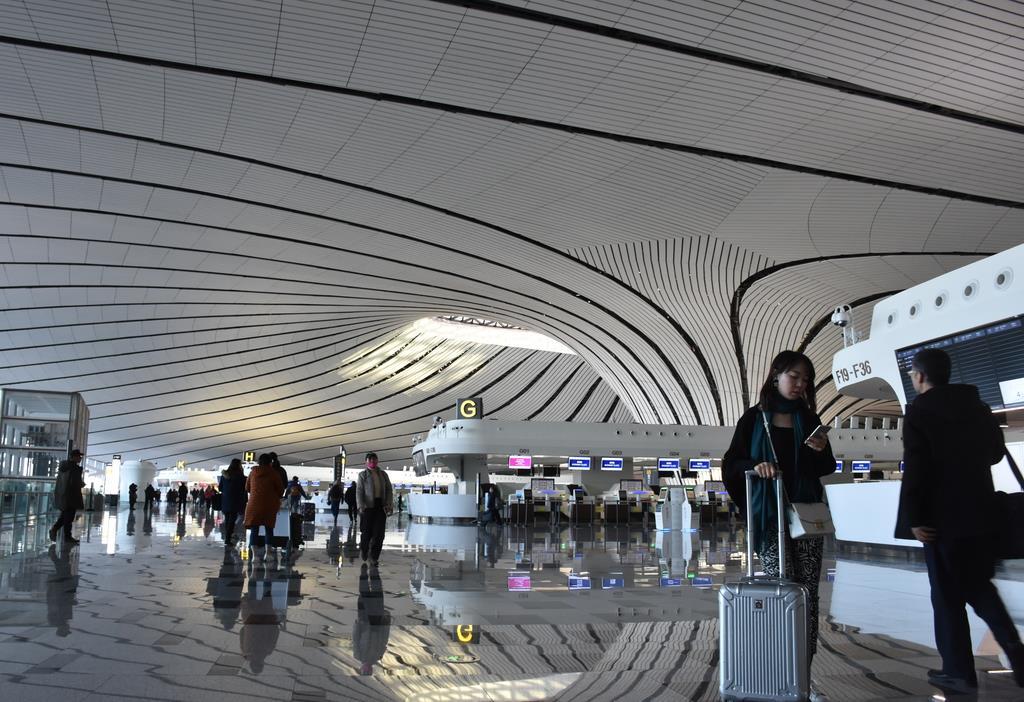 北京南部にできた新空港「北京大興国際空港」。建物には曲線が多用されたデザインが用いられている=2019年12月(三塚聖平撮影)