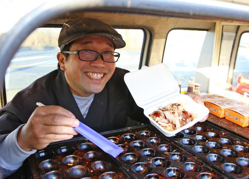 茨城県産食材にこだわったたこ焼き「茨皇」の試作品を手に、笑顔を見せる二宮正嘉さん=同県鉾田市(永井大輔撮影)
