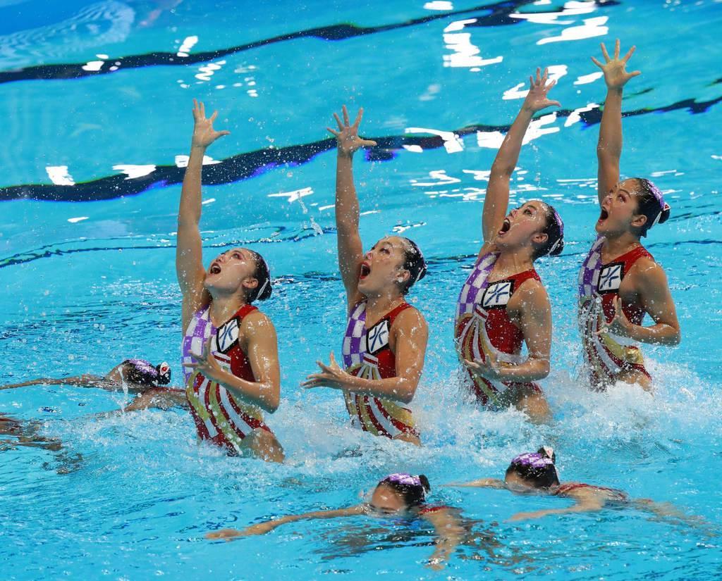 水泳の世界選手権で日本代表チームの一員として演技する塚本選手(右端)=昨年7月、韓国・光州