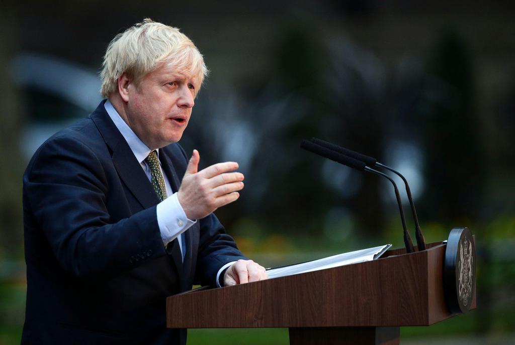 ロンドンの首相官邸前で声明を発表するジョンソン英首相(ロイター)=2019年12月13日