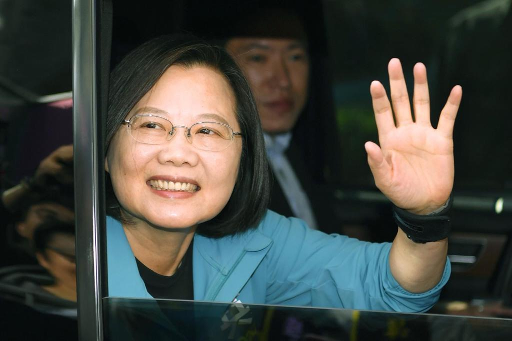 車の中から支持者に向かって手を振る民進党の蔡英文総統=10日、台北市(共同)