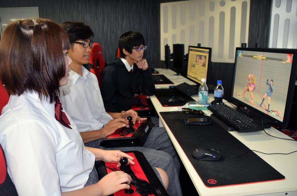 授業でコンピューターゲームを行う生徒ら。eスポーツが希望になっているという=大阪市北区(宇山友明撮影)