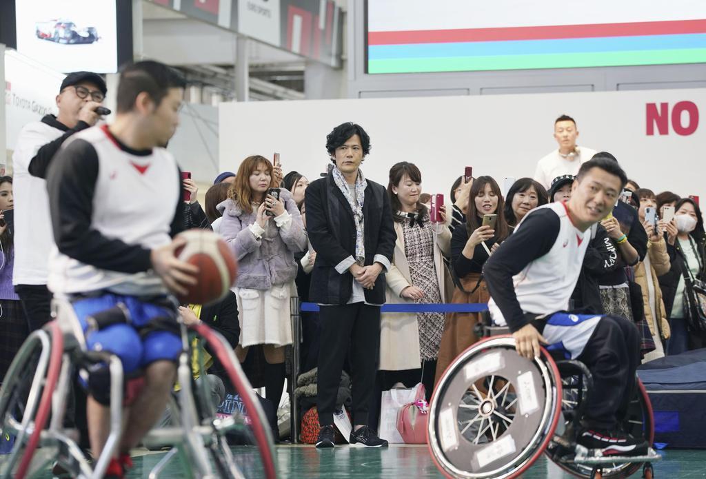 パラ競技体験イベントで車いすバスケの競技紹介を見学する稲垣吾郎さん(中央)=11日午後、東京都江東区