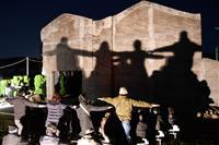 阪神大震災25年、「神戸の壁」ライトアップ 淡路島