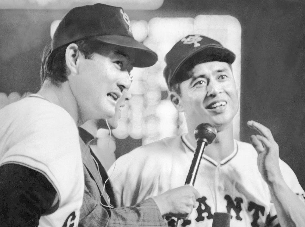 アベック本塁打を放った長嶋茂雄さんとお立ち台に=昭和49年7月、後楽園球場
