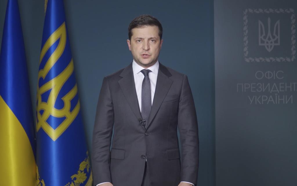 国民向けビデオ声明に出演するウクライナのゼレンスキー大統領=11日(ウクライナ大統領報道事務所提供・AP)