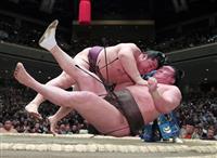 遠藤が白鵬撃破、連続金星 鶴竜は初勝利、朝山連勝