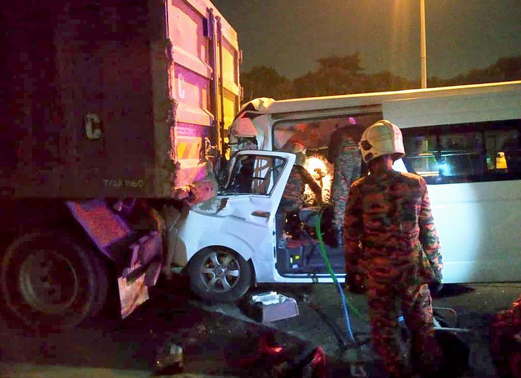 桃田賢斗選手らを乗せ、事故に遭ったワゴン車=13日、クアラルンプール近郊(マレーシア消防当局提供・共同)