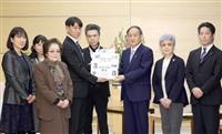 菅官房長官、拉致解決「全力で」 横田めぐみさんの級友らと面会