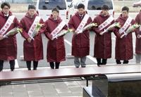 楽天新人、慰霊碑に献花 東日本大震災の被災地訪問