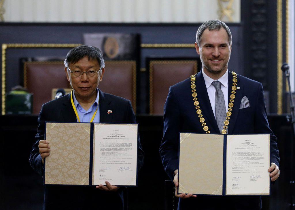 チェコの首都プラハのズデニェク・フジブ市長は台湾の柯文哲(かぶんてつ)・台北市長との間で経済、文化協力などを進める「友好協定」に調印した=13日、プラハ(ロイター)