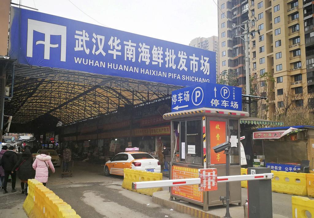 原因不明の肺炎の患者が多く出た中国湖北省武漢市内の海鮮市場=2019年12月(共同)