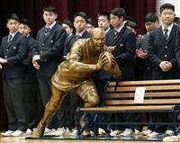 リーチ像、母校でお披露目 ラグビーW杯日本代表主将