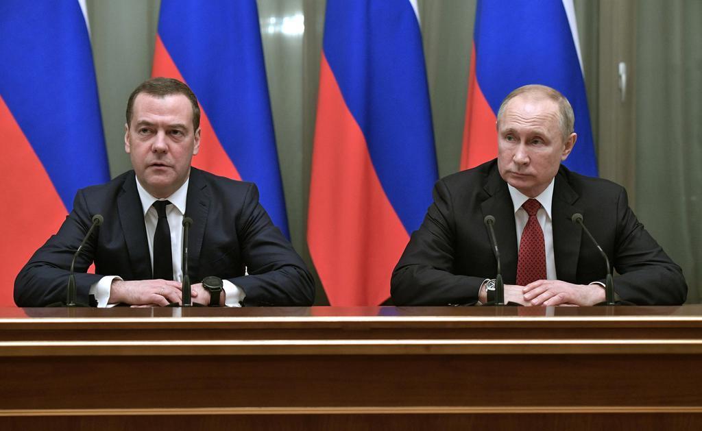 ロシアのプーチン大統領(右)とメドベージェフ首相=15日、モスクワ(ロイター=共同)