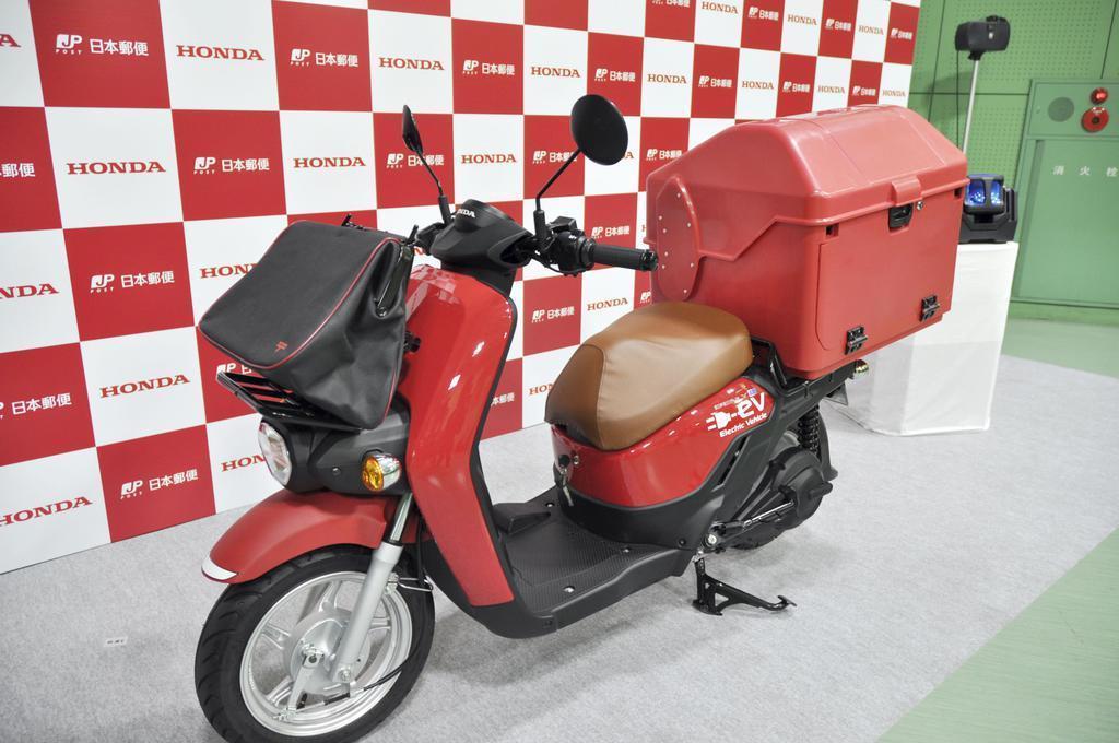 日本郵便が導入したホンダの電動二輪車=17日午前、東京都新宿区