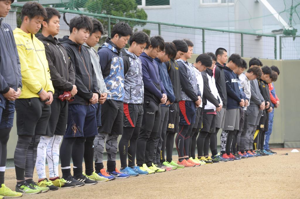 阪神大震災の犠牲者らに黙祷するナイン=鳴尾浜球場(撮影・甘利慈)