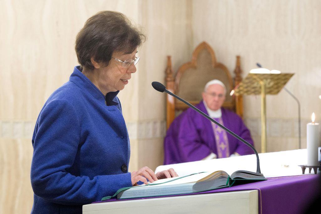 バチカンの国務省外務局次官に任命されたフランチェスカ・ディジョバンニ氏(左)=2013年12月23日、バチカン(Vatican Media・ロイター)