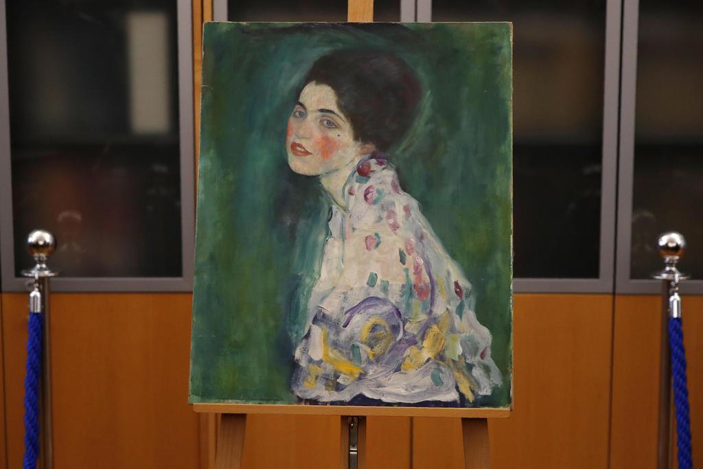 見つかった画家クリムトの「婦人の肖像」=17日、イタリア北部ピアチェンツァ(AP)
