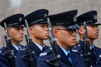 香港、デモ隊と警察が武器強化 パイプ爆弾押収、テーザー銃導入検討
