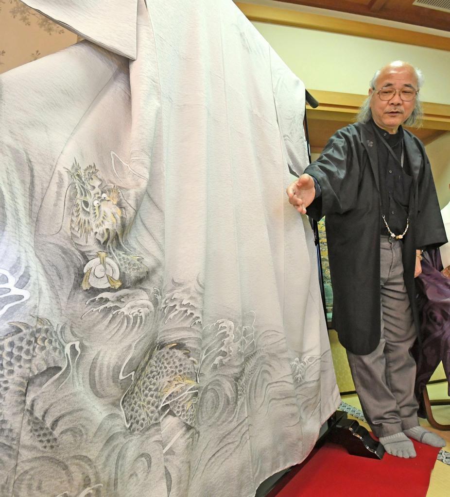 新調された壬生狂言の衣装「雲龍図」=20日午後、京都市中京区の壬生寺(永田直也撮影)