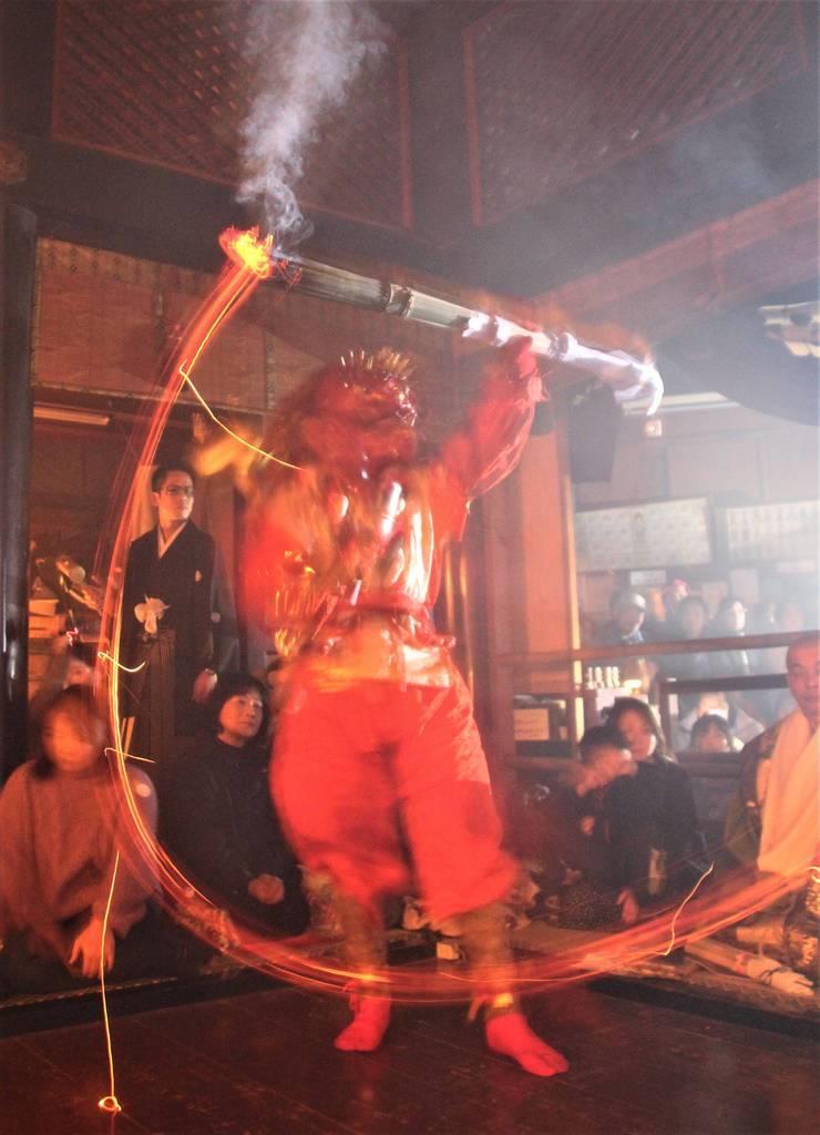 堂内でたいまつを振りかざす若天=姫路市の円教寺