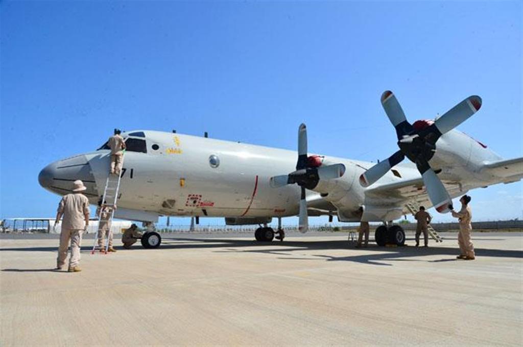 任務開始に向けて点検を受ける海上自衛隊のP3C哨戒機=19日、ジブチ(防衛省提供・共同)