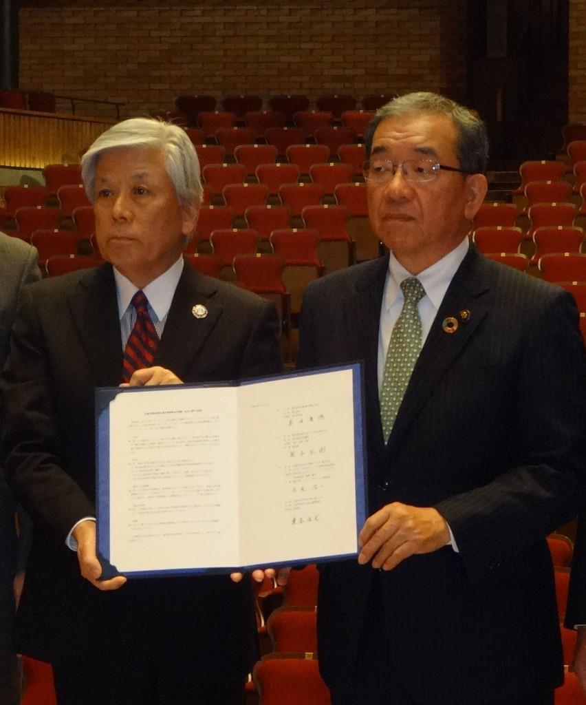 定期演奏会開催にあたり、協定を結んだ高垣市長と東谷理事長(右から)=広島県東広島市