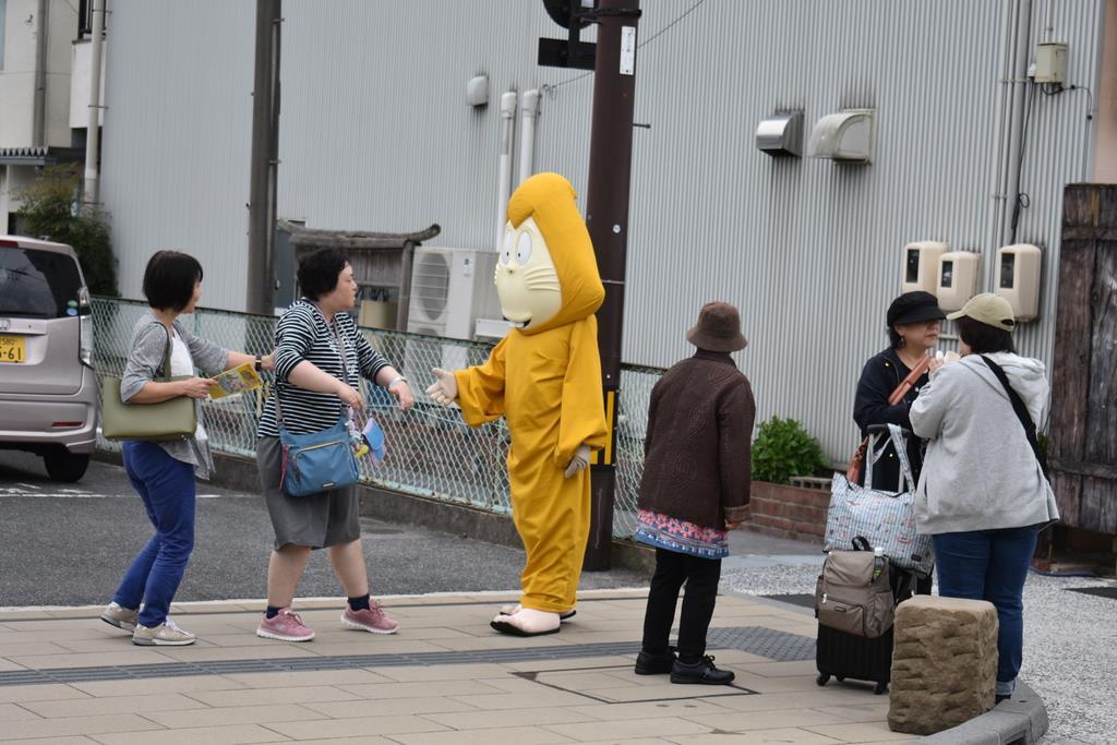 水木しげるロードを散歩する「ねずみ男」=鳥取県境港市