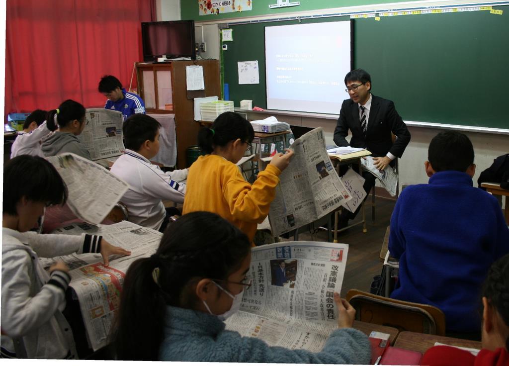 授業では本紙朝刊を使いながら新聞の読み方を学んだ=神戸市東灘区の市立六甲アイランド小学校