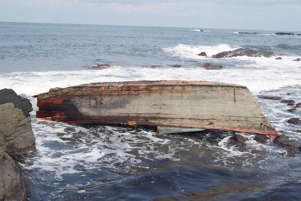 山形県鶴岡市の海岸に木造船 北朝鮮から漂着か