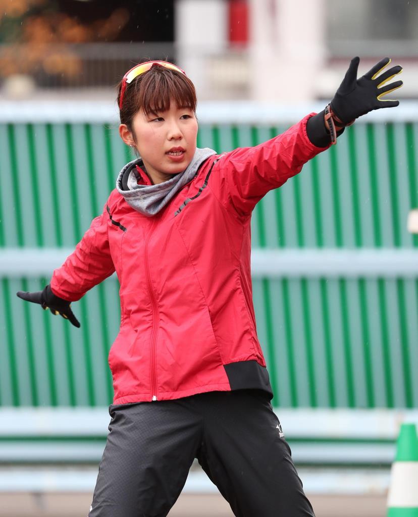 果敢に先頭集団に食らいつくレースを目指す石井寿美=2019年11月、仙台市(鳥越瑞絵撮影)