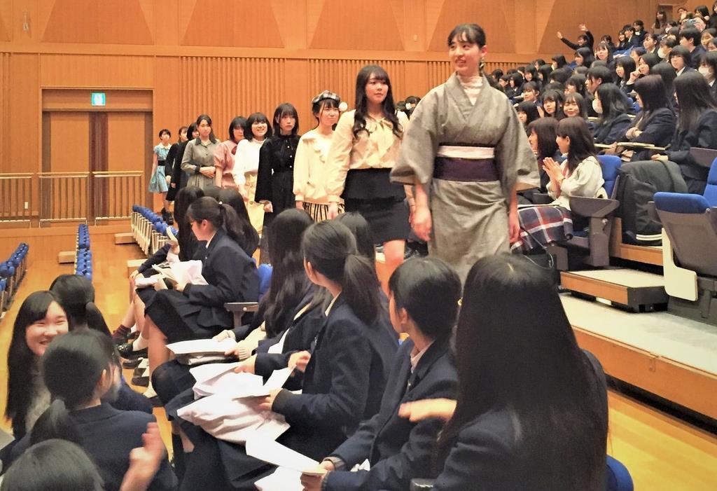 自ら手がけた衣装に身を包み、「ランウェイ」を歩く大津高校の生徒=大津市