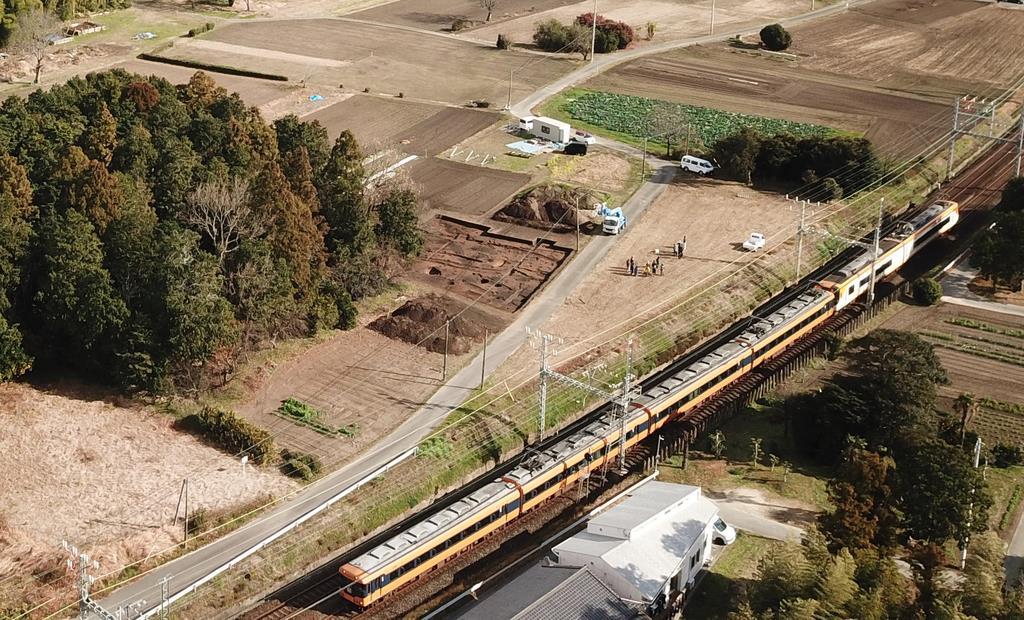近鉄山田線近くで見つかった斎宮の中心建物跡とみられる発掘現場(中央)=明和町