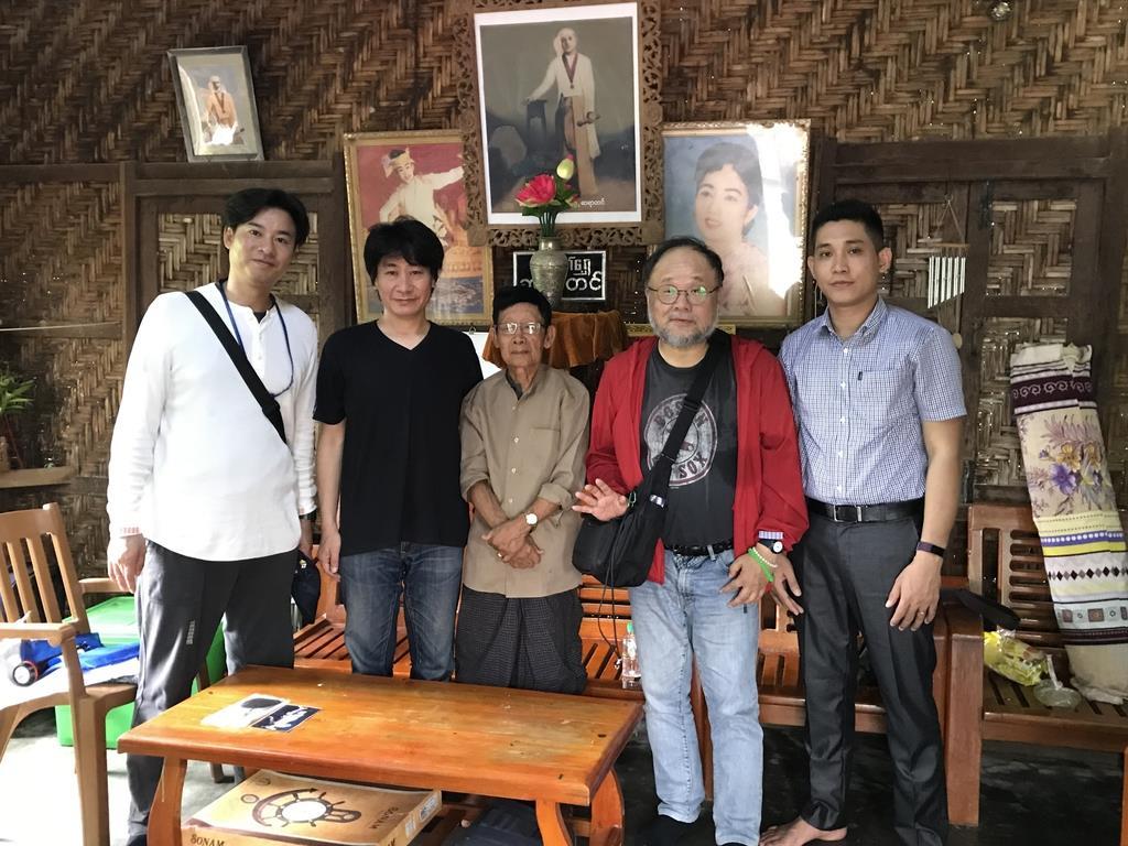 日本軍将兵と交流があった男性(中央)と、吉田育弘さん(右から2人目)、田中優至さん(左端)。3月の旅では、この男性に話を聞く機会も設ける予定だ=昨年8月、ミャンマー(吉田さん提供)