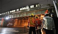JR橋桁にトレーラー衝突、約11万9000人に影響 大阪