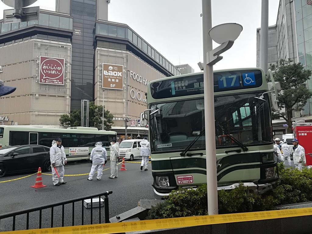 【動画あり】京都・四条河原町で市営バスが街路灯に衝突、3人搬…