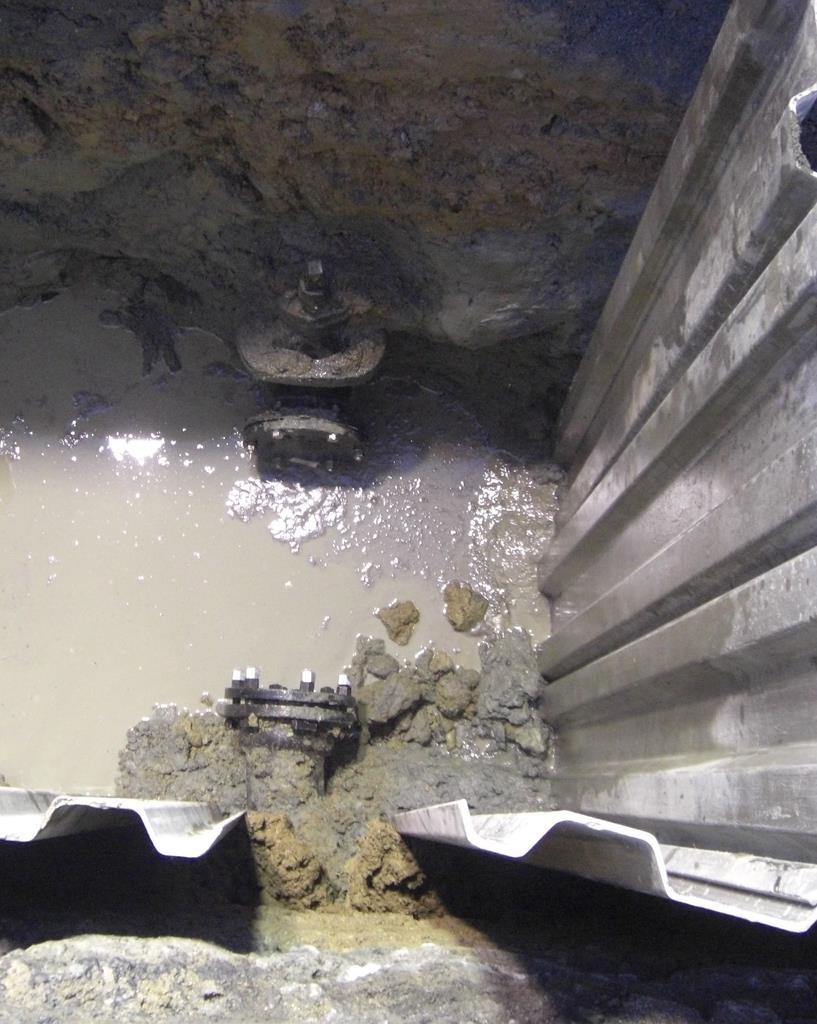 細い水道管の漏水現場=20日(和歌山市提供)