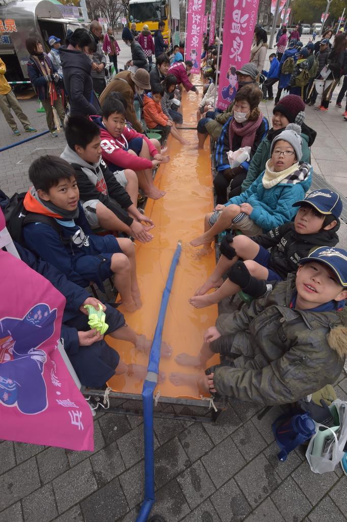 大阪国際女子マラソン発着点の「ヤンマースタジアム長居」(大阪市東住吉区)周辺。42.195メートルの巨大足湯。今年も湯村温泉直送の湯が体を温めてくれる
