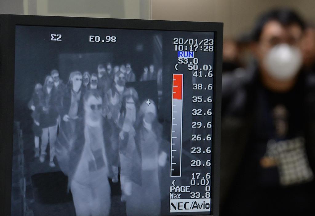 サーモグラフィーで乗客の体温がチェックされていた=23日午前、関西国際空港(須谷友郁撮影)