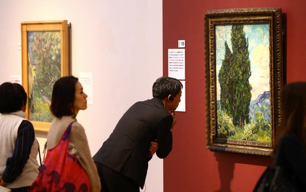 「ゴッホ展」内覧会では、来場者が「糸杉」などを熱心に鑑賞していた=24日、神戸市中央区の兵庫県立美術館(渡辺恭晃撮影)