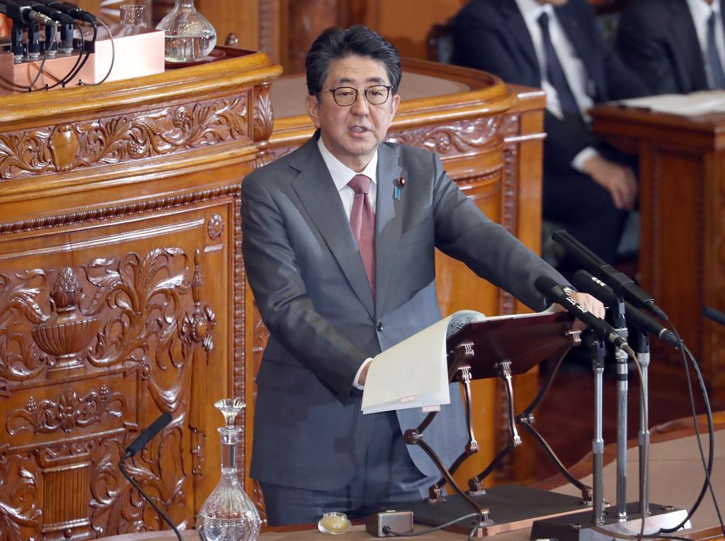 参院本会議で答弁を行う安倍晋三首相=24日午後、国会(春名中撮影)