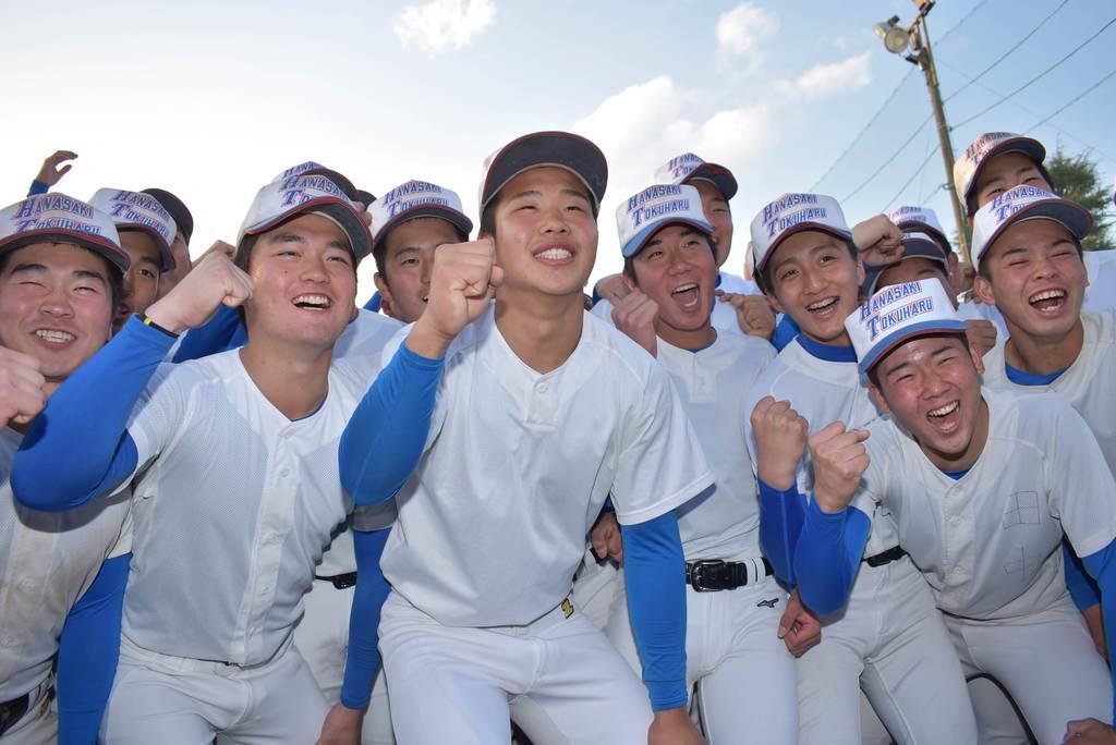 選抜出場が決まりガッツポーズする花咲徳栄の選手たち=24日午後、加須市花崎