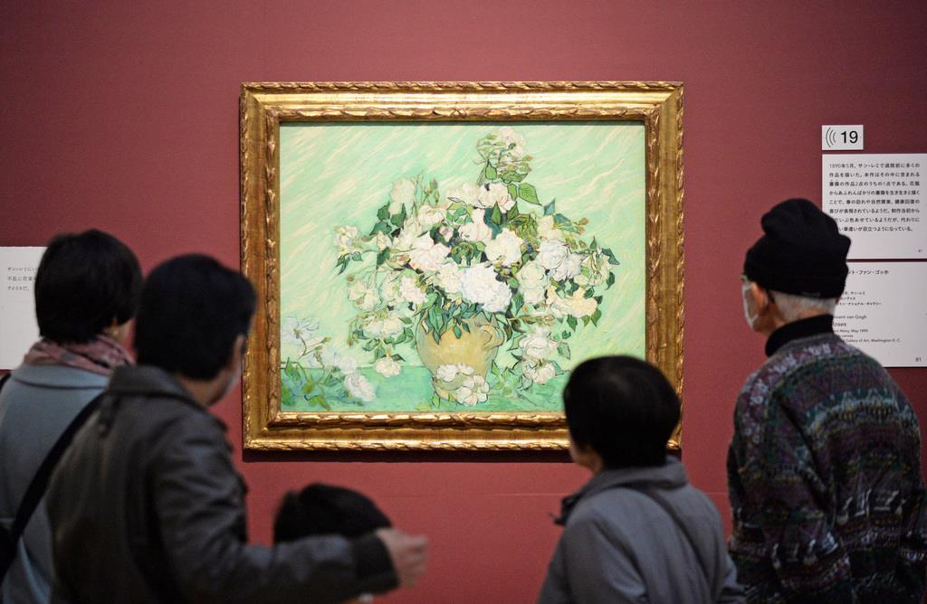 ゴッホの作品「薔薇」を鑑賞する人々=25日午前、神戸市中央区の兵庫県立美術館(須谷友郁撮影)