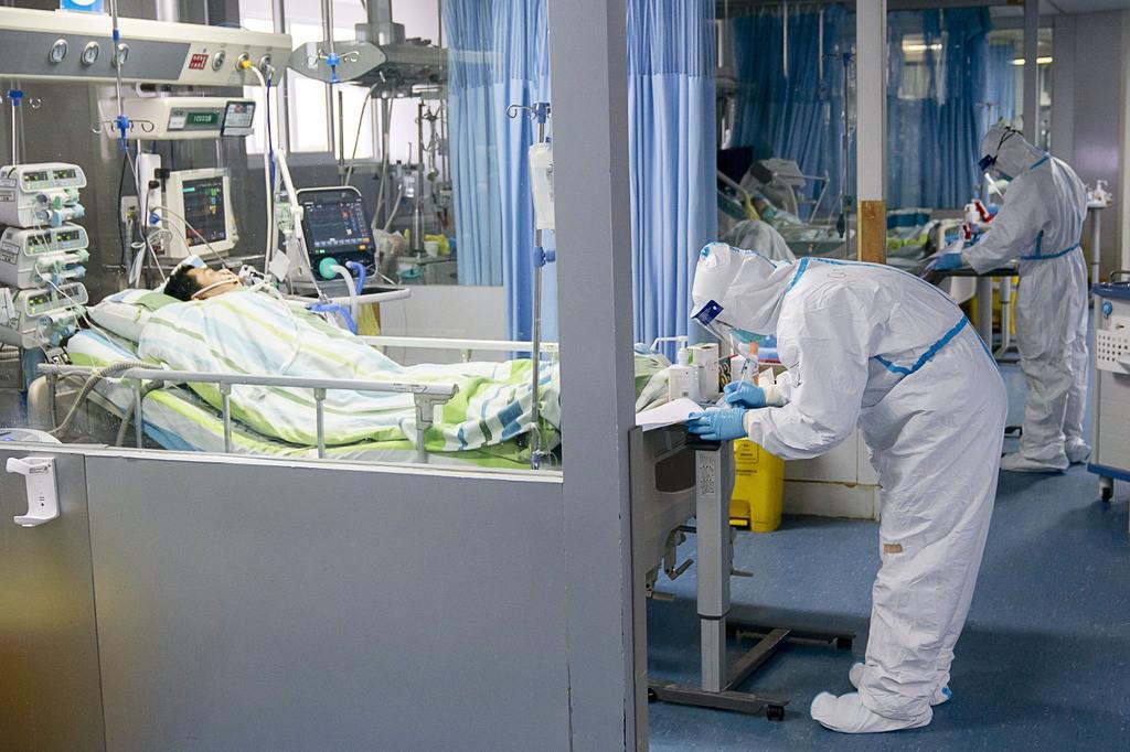中国・武漢の病院で新型肺炎に感染した患者の対応に当たる医療関係者=24日(新華社=共同)