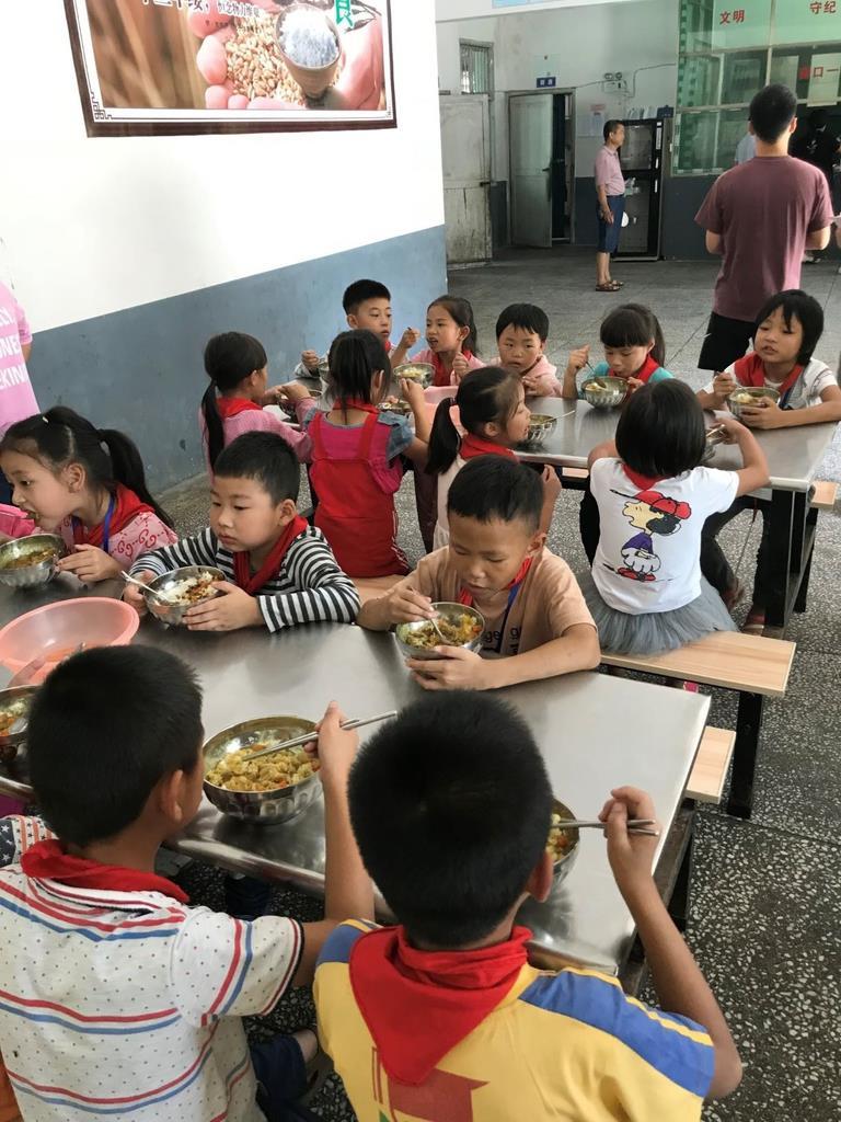 小学校でのカレー試食会。中国市場の開拓はまず子供たちから始めた(ハウス食品グループ本社提供)