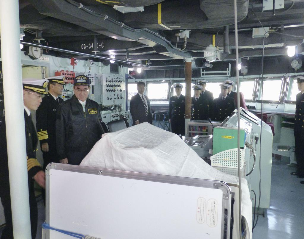 河野防衛相、中東派遣の護衛艦「たかなみ」視察