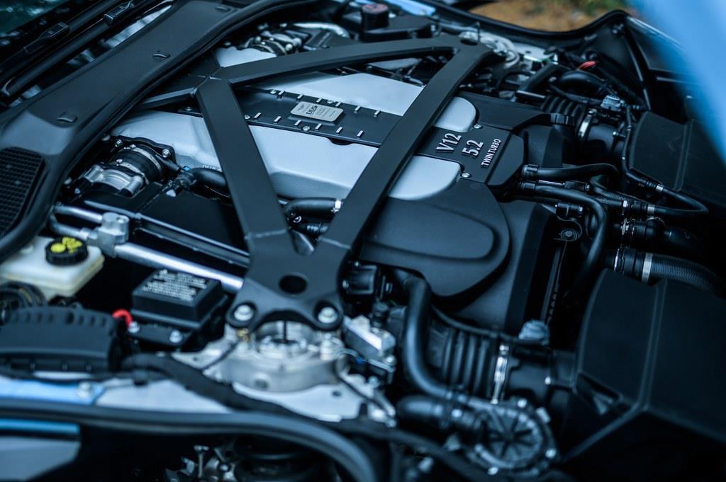 搭載するエンジンは5204ccV 型12気筒DOHCツインターボ(725ps/6500rpm、900Nm/5000rpm)。
