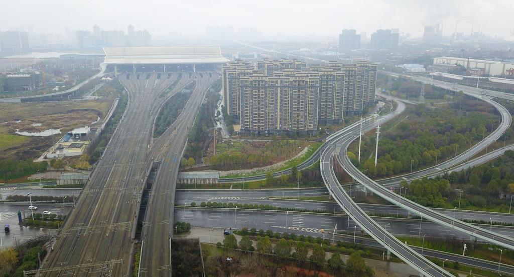 車両の通行が制限され閑散とする中国・武漢市内=26日(共同)